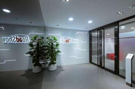 Entrance - Logo wall:  Offices & stores by FINGO DESIGN & ASSOCIATES LTD.