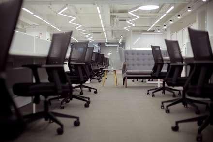 Breakout Area:  Offices & stores by FINGO DESIGN & ASSOCIATES LTD.