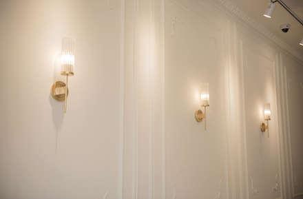 조명, 웨인스코팅: 디자인에이드의  바 & 카페