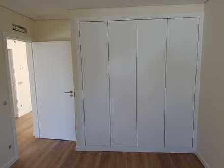 Roupeiro Modelo Lacado Branco Mate e Interior Linho Cancun: Closets minimalistas por Paulo Cardoso - Móveis por Medida, Lda.
