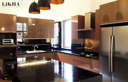 Kitchen Set & Island:  Dapur built in by Likha Interior