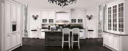 Cucina Dolcevita – Elegance style – Bianco e nero decapè argento: Cucina in stile in stile Classico di Ferrari Arredo & Design