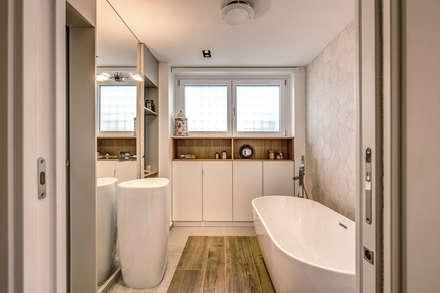 ISIDORO: Bagno in stile in stile Moderno di MOB ARCHITECTS