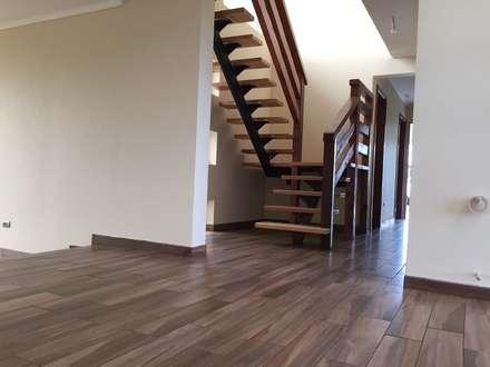 Escaleras de estilo  por Constructora Rukalihuen