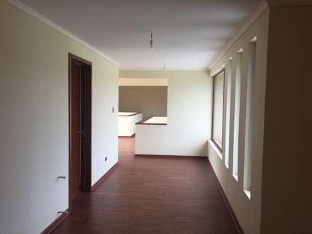 Corridor, hallway by Constructora Rukalihuen