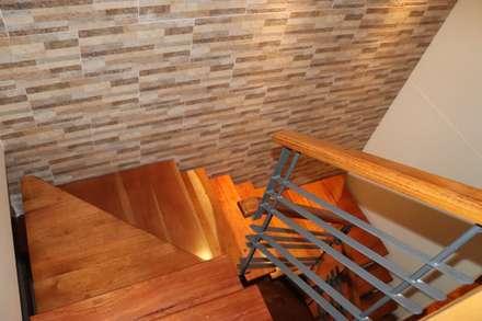 Escaleras: Escaleras de estilo  por Dharma Arquitectura