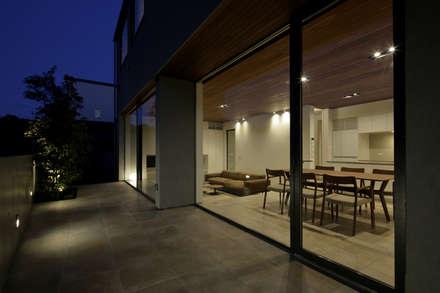夕景|テラス|三鷹の家: U建築設計室が手掛けた窓です。