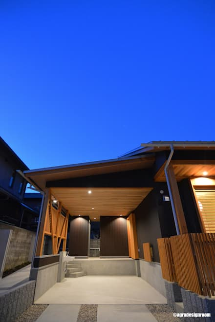 Garage prefabbricato in stile  di アグラ設計室一級建築士事務所 agra design room