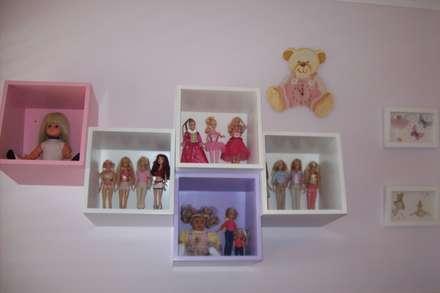 Estantes inclinados: Habitaciones de niñas de estilo  de Romina Sirianni