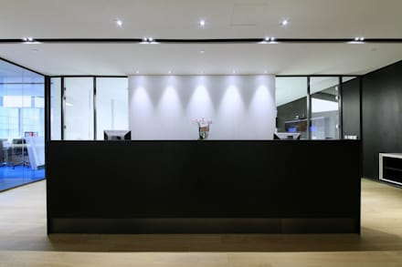 Reception Counter:  Offices & stores by FINGO DESIGN & ASSOCIATES LTD.