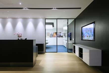 Conference Room Entrance:  Offices & stores by FINGO DESIGN & ASSOCIATES LTD.