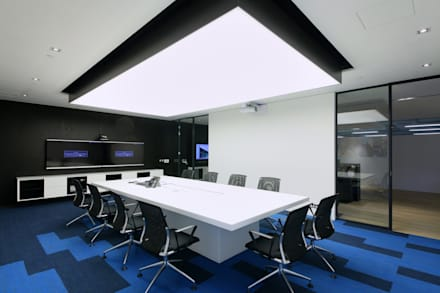 Conference Room:  Offices & stores by FINGO DESIGN & ASSOCIATES LTD.