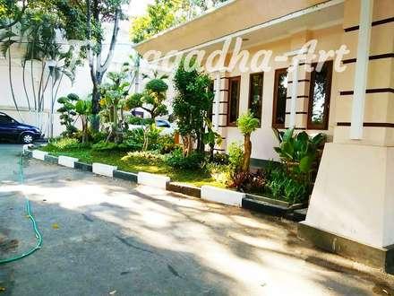 Jardines de piedra de estilo  por Tukang Taman Surabaya - Tianggadha-art