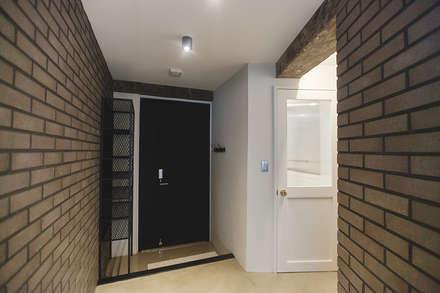 원룸도 멋진 주거공간이 될 수 있다.: 미우가 디자인 스튜디오의  복도 & 현관