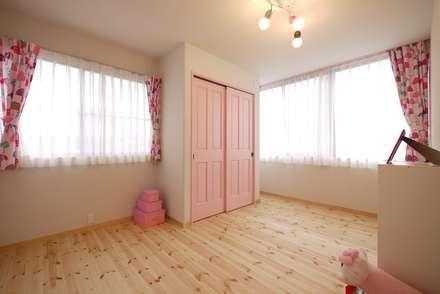 ベビーピンクの女の子部屋: みゆう設計室が手掛けた子供部屋です。