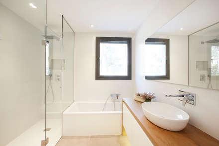 Baño suite: Baños de estilo escandinavo de Laia Ubia Studio