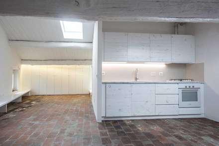 Recupero di un sottotetto a Suvereto (LI): Cucina in stile in stile Mediterraneo di mc2 architettura