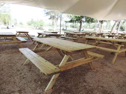 Tavoli Picnic in legno 180 x 160 cm spessore 4 cm: Spazi commerciali in stile  di ONLYWOOD
