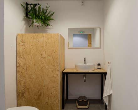 Baño: Espacios comerciales de estilo  de Triangle Studio