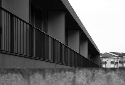 Rumah teras by Helder Coelho - Arquitecto, Lda