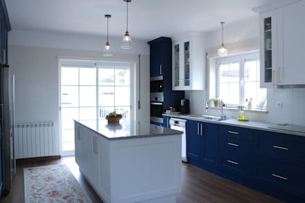 (Not Red) White and Blue: Cozinhas embutidas  por Moderestilo - Cozinhas e equipamentos Lda