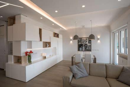 """Casa """"FG"""" bianco scolpito: Soggiorno in stile in stile Moderno di MAMESTUDIO"""