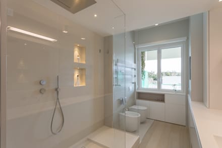 """Casa """"FG"""" bianco scolpito: Bagno in stile in stile Moderno di MAMESTUDIO"""