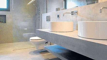 Baños en Microcemento: Baños de estilo moderno de BauDesign