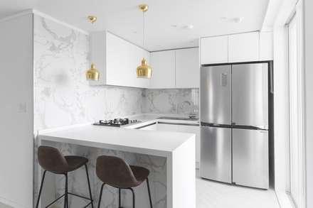 화이트와 우드로 아늑한 갤러리처럼 꾸민 30평대 아파트 인테리어: husk design 허스크디자인의  주방