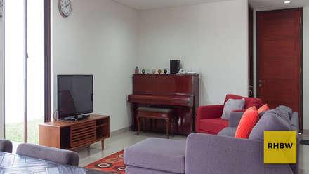 Rumah Bukit Ligar:  Ruang Keluarga by RHBW