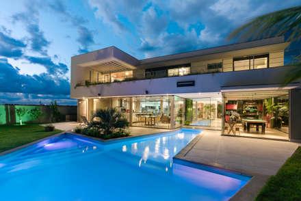 Condomínio Terras do Golfe: Casas modernas por DÁLBER AGUERO - ARQUITETO