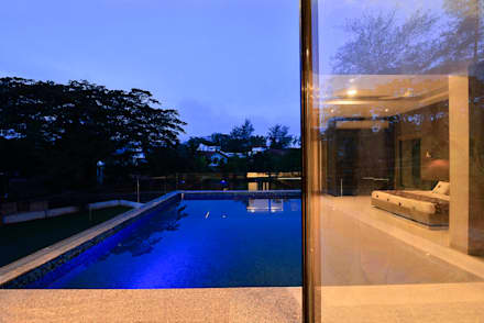 DIVYA BUNGALOW: modern Pool by smstudio
