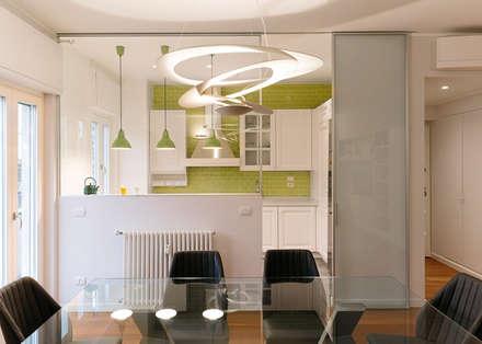 Scorcio della cucina vista dal soggiorno: Soggiorno in stile in stile Moderno di bottegaarchitettonica
