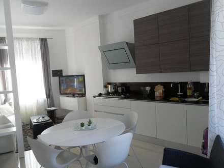 Cucina Veneta Cucine e Soggiorno: Cucinino in stile  di Formarredo Due design 1967