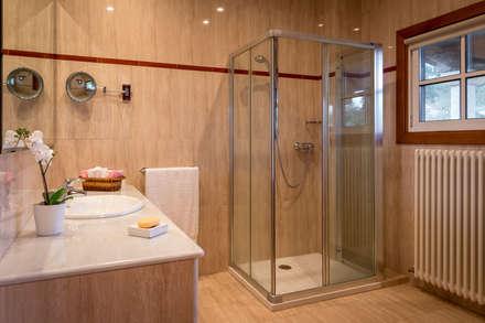 CHALET EN LUBRE: Baños de estilo rústico de MORANDO INMOBILIARIA