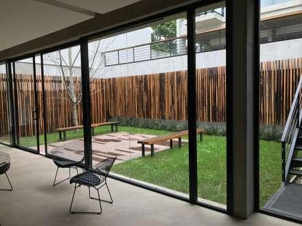 Vista desde el Quincho: Jardines de estilo moderno por Vivero Antoniucci S.A.