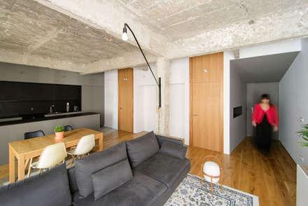 Casa FC25: Salones de estilo industrial de Garmendia Cordero arquitectos