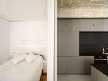 Casa FC25: Dormitorios de estilo industrial de Garmendia Cordero arquitectos