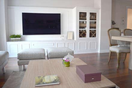 Piso en el Eixample de Barcelona: Salones de estilo clásico de Thinking Home