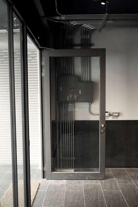 金屬框玻璃隔間:  前門 by 日常鉄件製作所