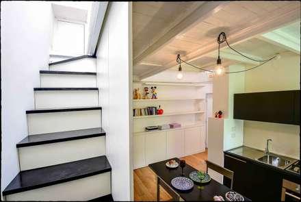 Casa Brio: Scale in stile  di Arabella Rocca Architettura e Design