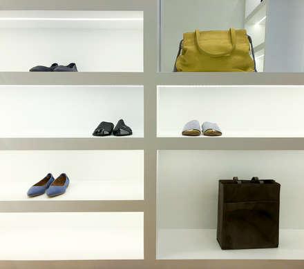 cabina scarpe: Spogliatoio in stile  di Arabella Rocca Architettura e Design