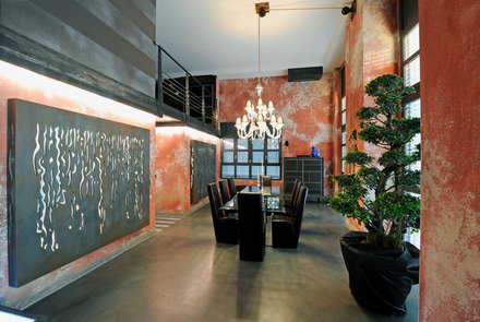 Dining room: Sala da pranzo in stile in stile Industriale di Vemworks llc