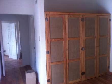 DETALLE CLOSET: Dormitorios de estilo rústico por arquiroots