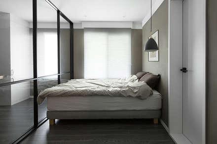 침실인테리어: husk design 허스크디자인의  침실