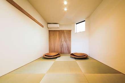 Salas de entretenimiento de estilo  por STaD(株式会社鈴木貴博建築設計事務所)