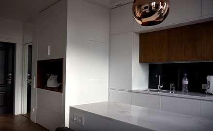 Светлая уютная кухня в стиле хай-тек с элементами скандинавии: Встроенные кухни в . Автор – Design Int Style