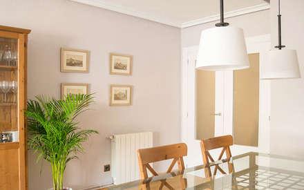 SALÓN - PUESTA A PUNTO VIVIENDA SITUADA EN VALENCIA : Salones de estilo colonial de Le Coquelicot Atelier