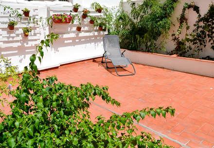 TERRAZAS - HOME STAGING VIVIENDA ANTIGUA EN VALENCIA : Terrazas de estilo  de Le Coquelicot Atelier