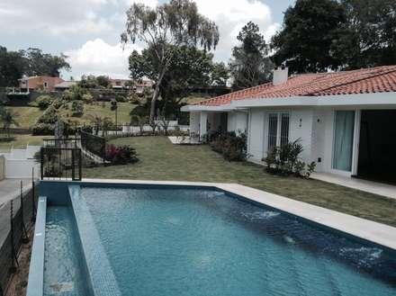 Borde piscina: Piscinas de estilo moderno por OMAR SEIJAS, ARQUITECTO